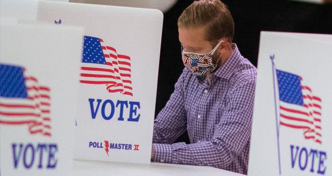 Henkilö äänestämässä vaaleissa